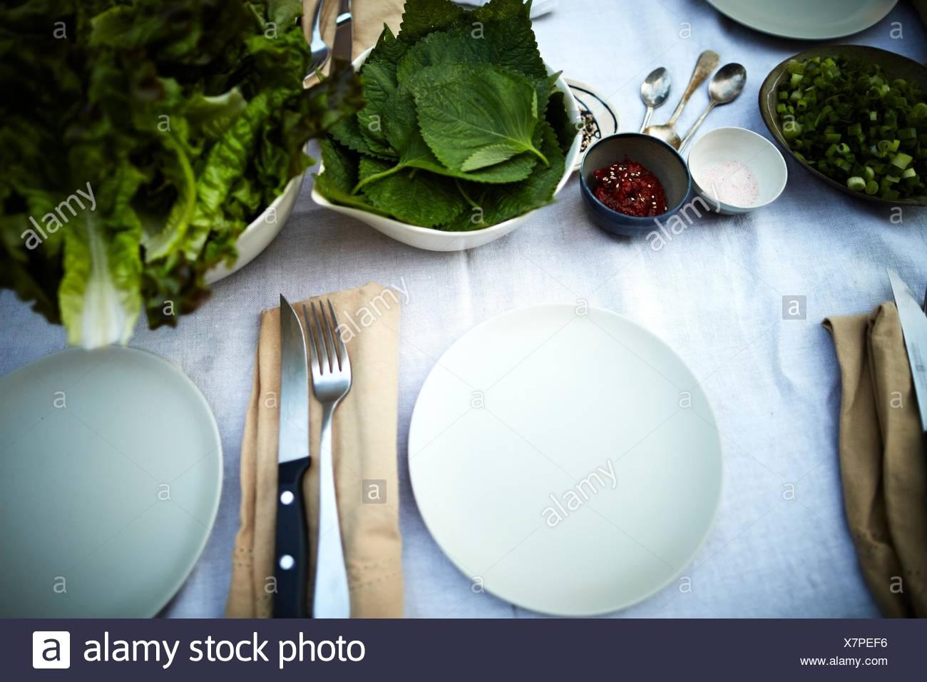 Gedeckten Tisch und frisches Gemüse auf Tisch Stockbild