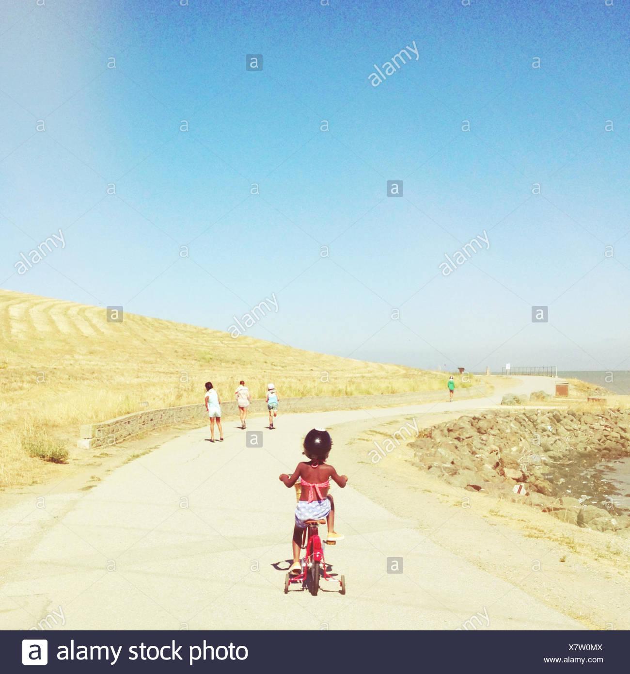 USA, San Francisco Bay, Mädchen an sonnigen Tag Radfahren Stockbild
