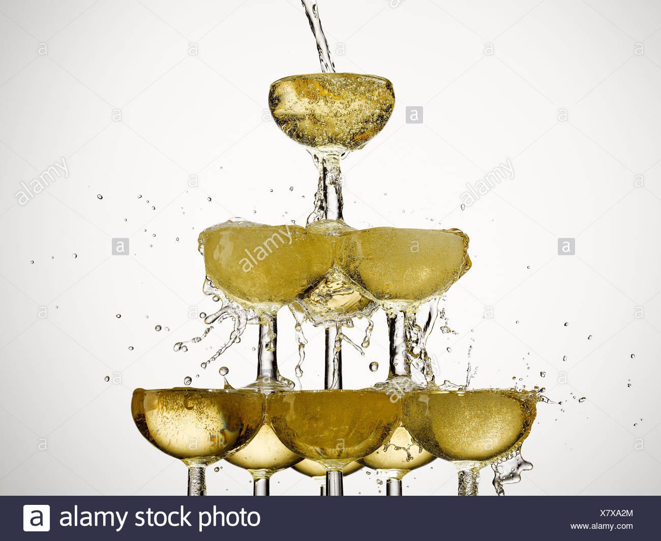 Fülle, Feier, Champagner, Champagner-Glas, Farbbild, Konzept, Energie, Überschuss, Überschwang, Füllung, Schaum, Essen und Stockbild