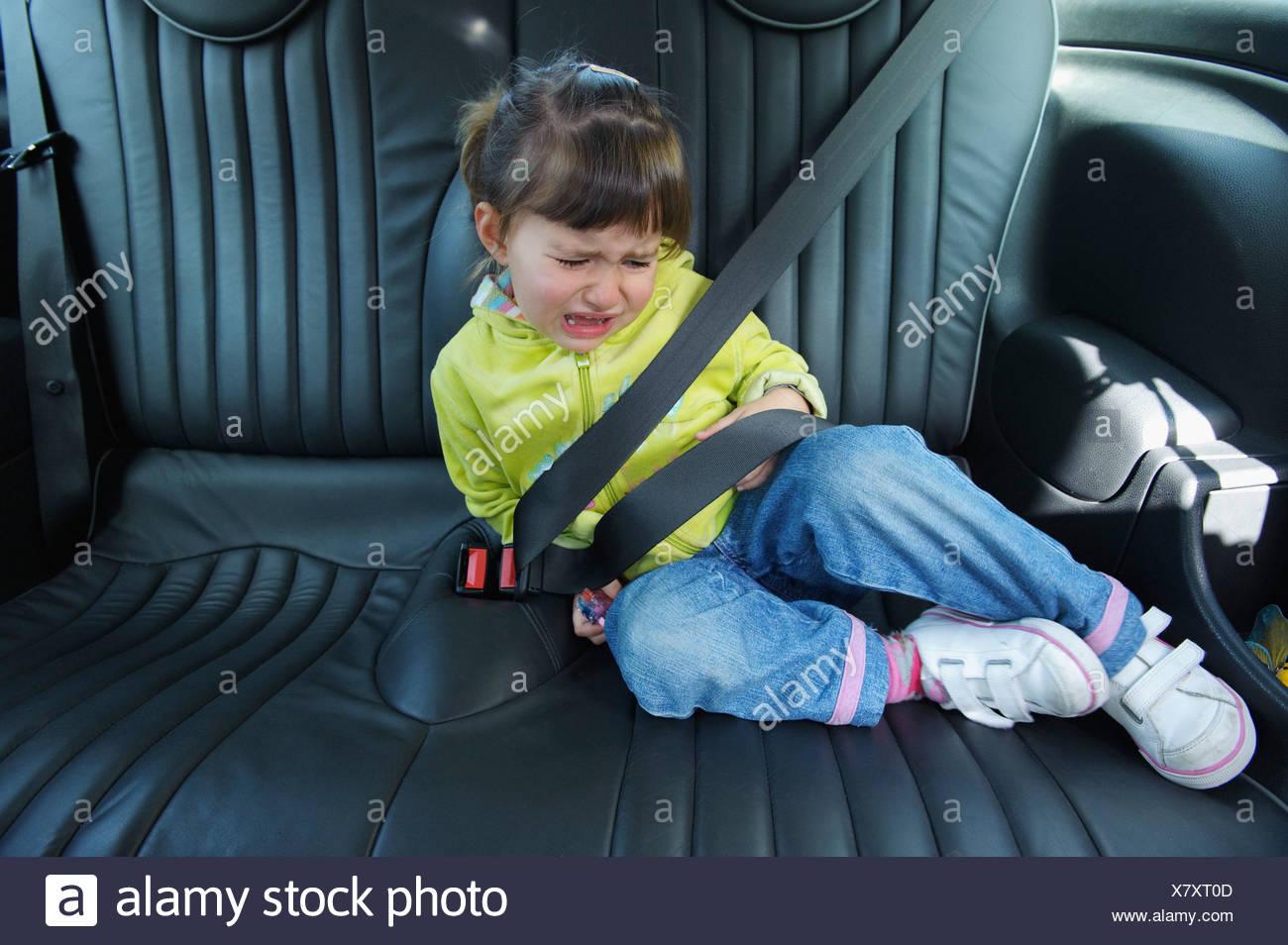 Cadiz, Spanien; Ein junges Mädchen schreit als sie sitzt In einem Fahrzeug angelegter Sicherheitsgurt Stockbild
