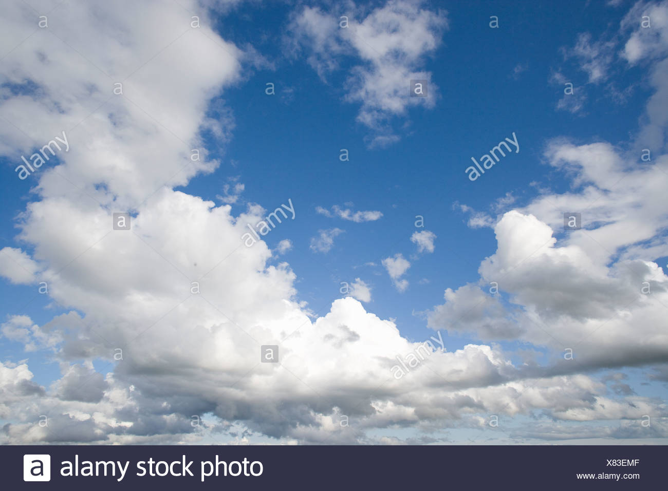 Wolken in sonnigen blauen Himmel Stockbild