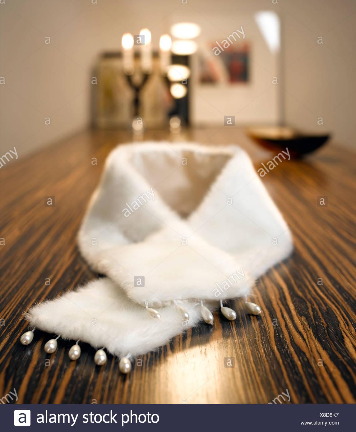 Künstlicher Nerz Stola auf Tisch Stockbild