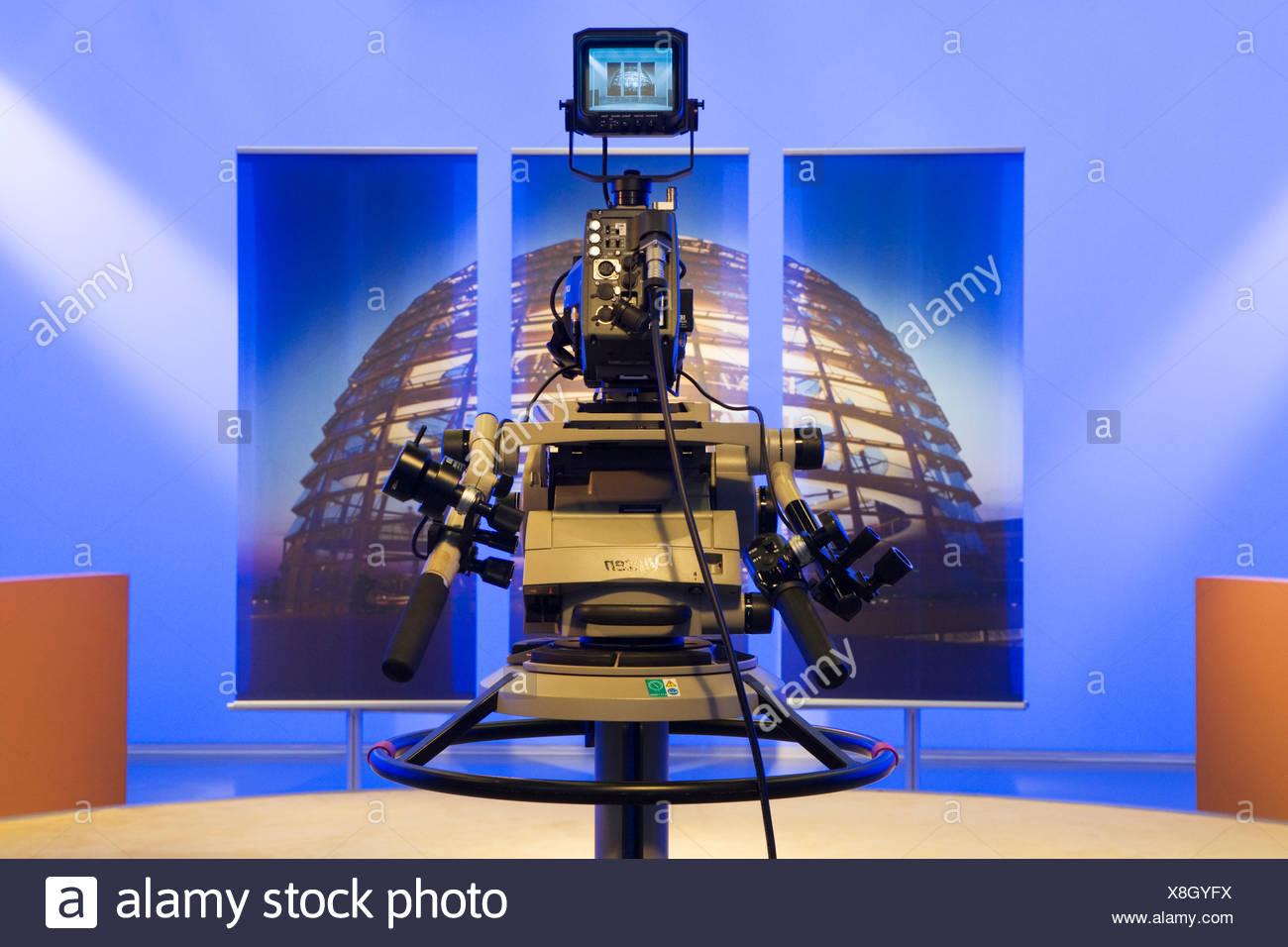 Fernsehstudio des Deutschen Bundestages, Deutscher Bundestag, Studio set mit einem Bild von der Kuppel des Reichstags, Berlin Stockbild