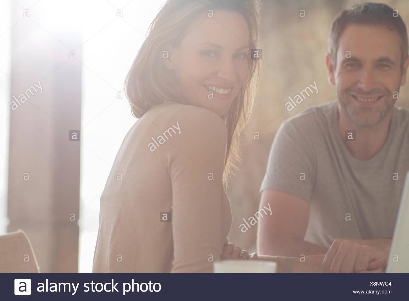 Paar lächelnd am Frühstückstisch Stockbild