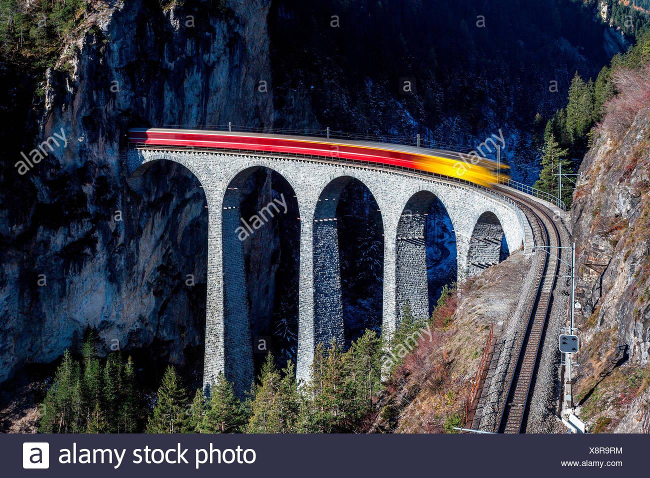 Bernina Express und Landwasser Viadukt, Schweiz Stockbild