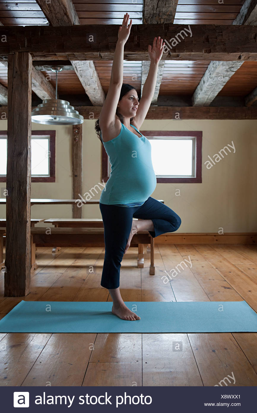 Schwangere Frau beim yoga Stockbild