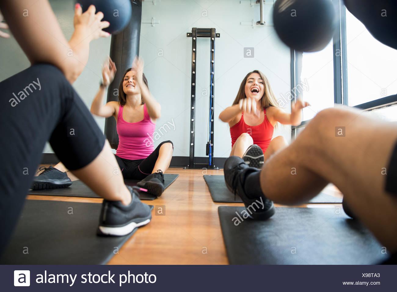 Freunde Training mit Medizinball in der Turnhalle Stockbild