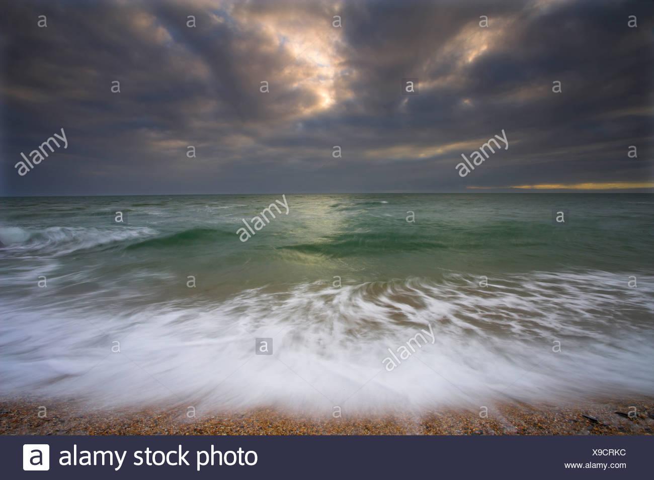 Wellen und Sturm zieht auf. Slapton Sands. Devon Stockbild