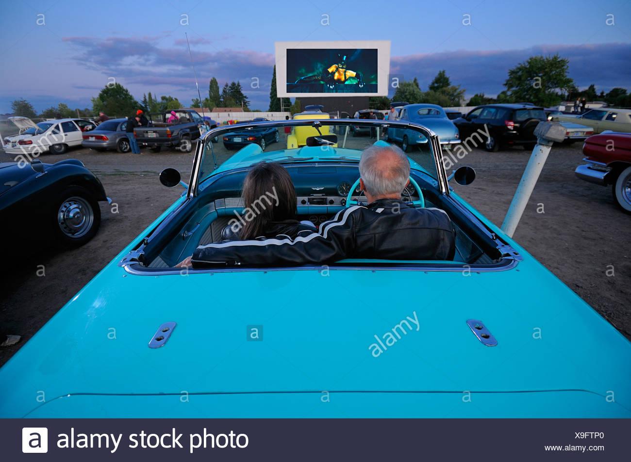 Mann Frau Paar mit Oldtimer Auto 1955 T-Bird Motor Vu fahren In Dallas Oregon USA Stockbild