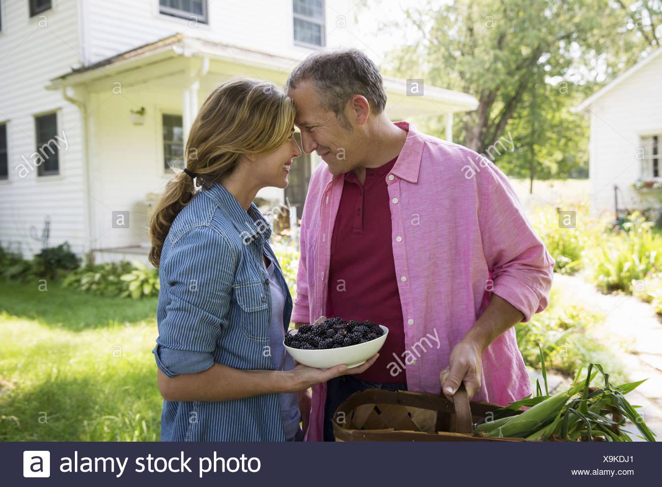 Ein Familien-Sommer-Garing auf einem Bauernhof. Ein gemeinsames Essen eine Heimkehr. Stockbild