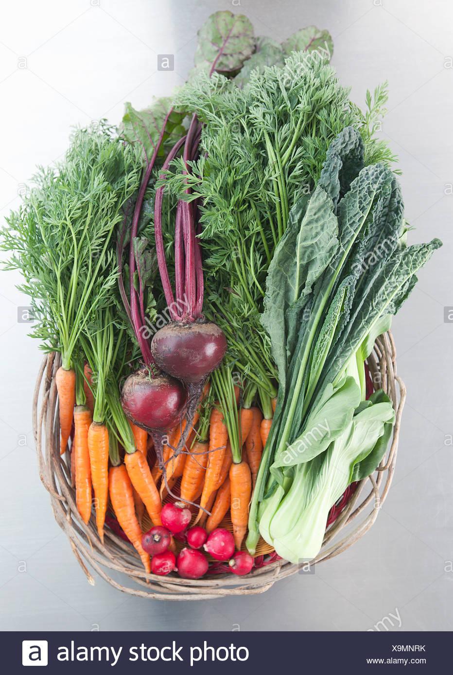 Korb mit frischem Gemüse Stockbild