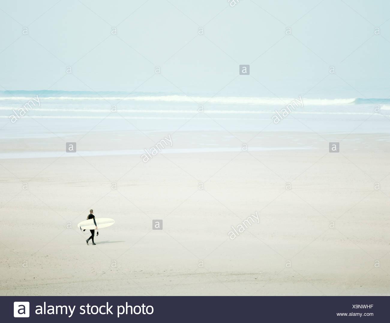 Surfer am Strand Stockbild