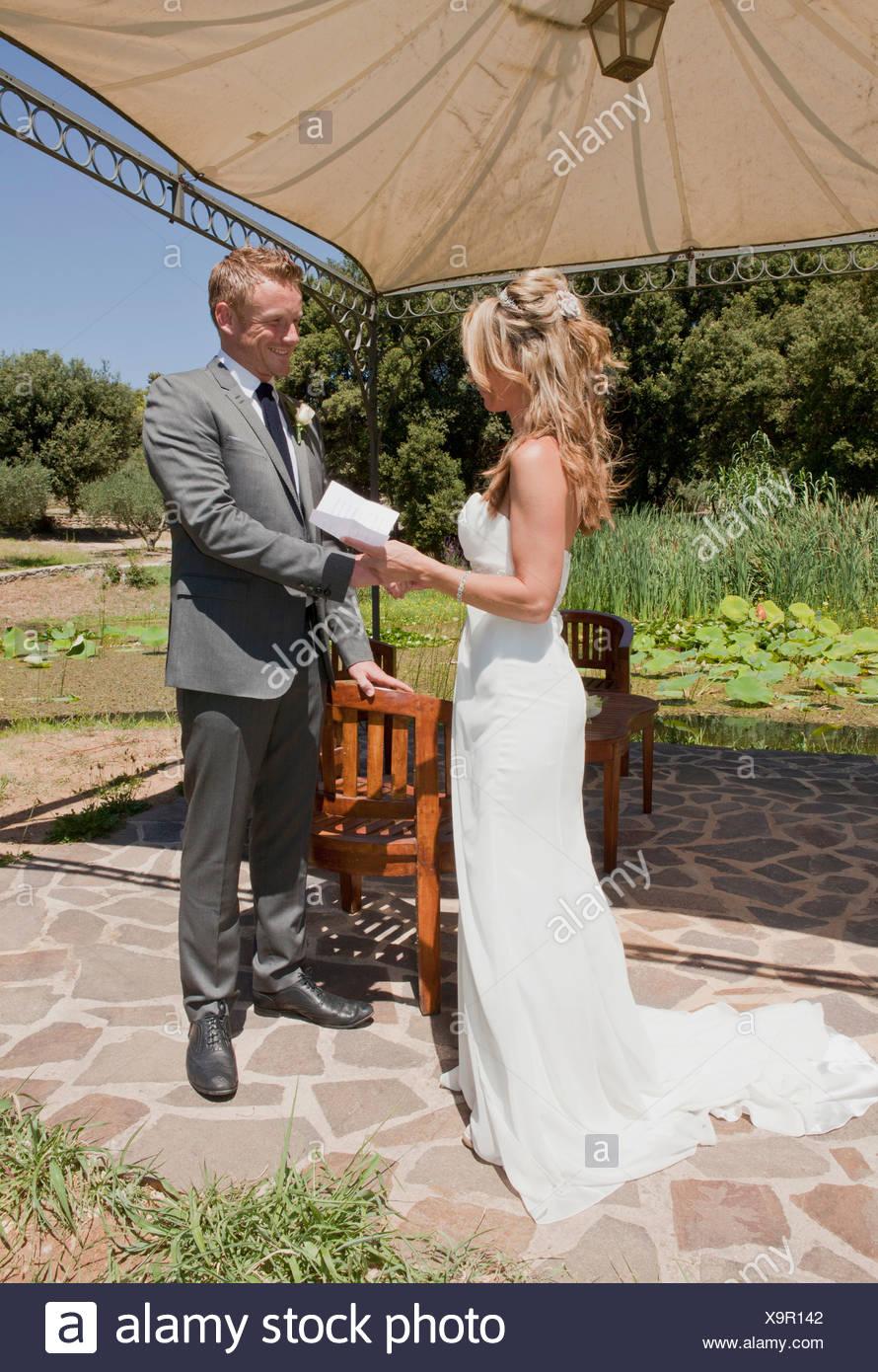 Mitte erwachsenes paar am Hochzeitstag Stockbild