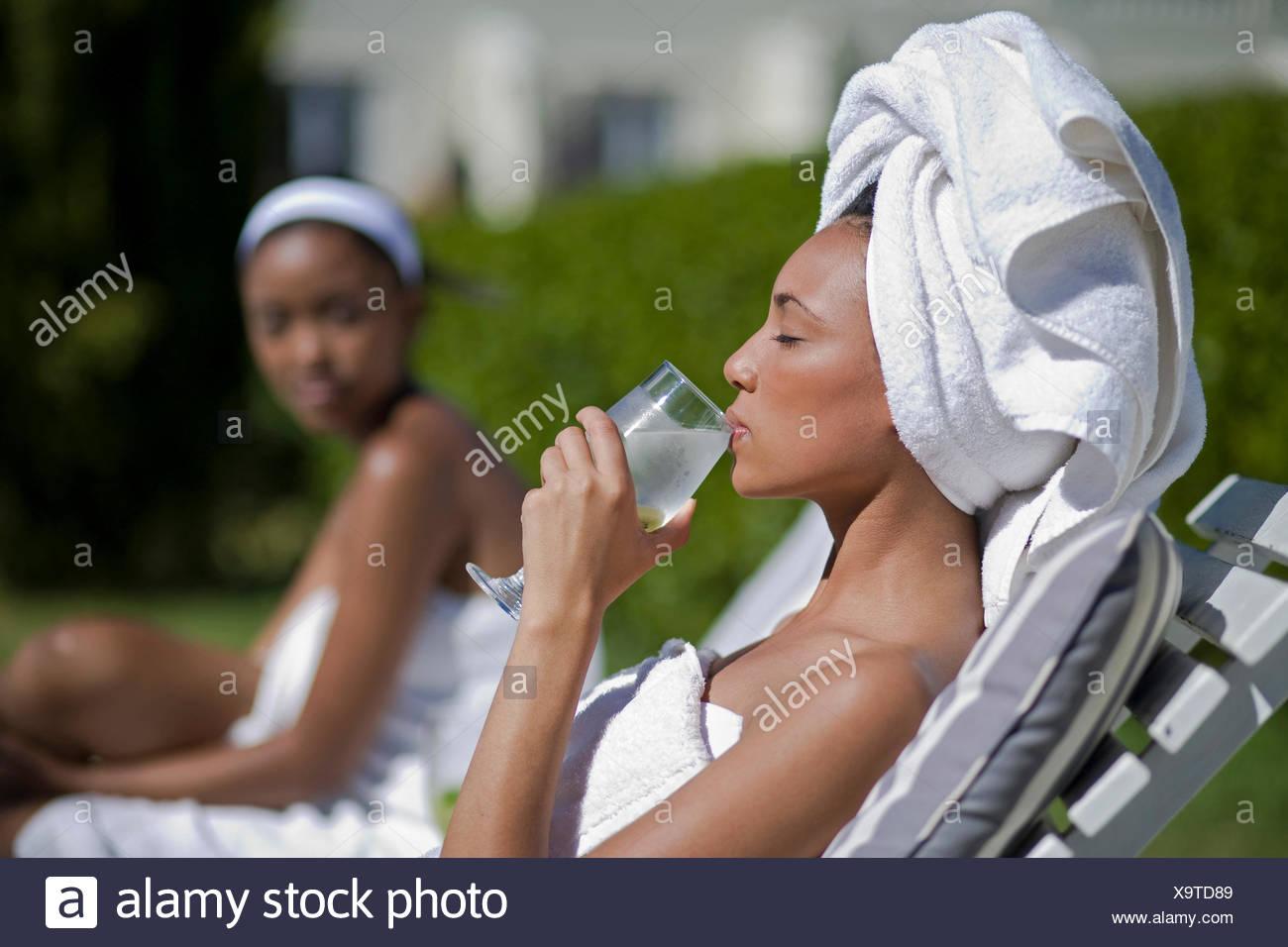 Junge Frauen sind einen Wellness- und Spa-Tag genießen. Stockbild