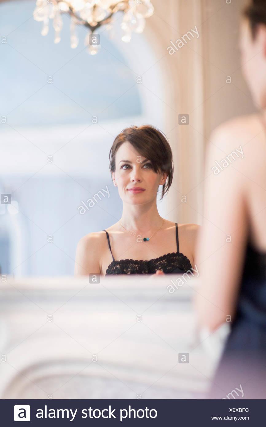 Reflexion einer Frau im Spiegel Stockbild