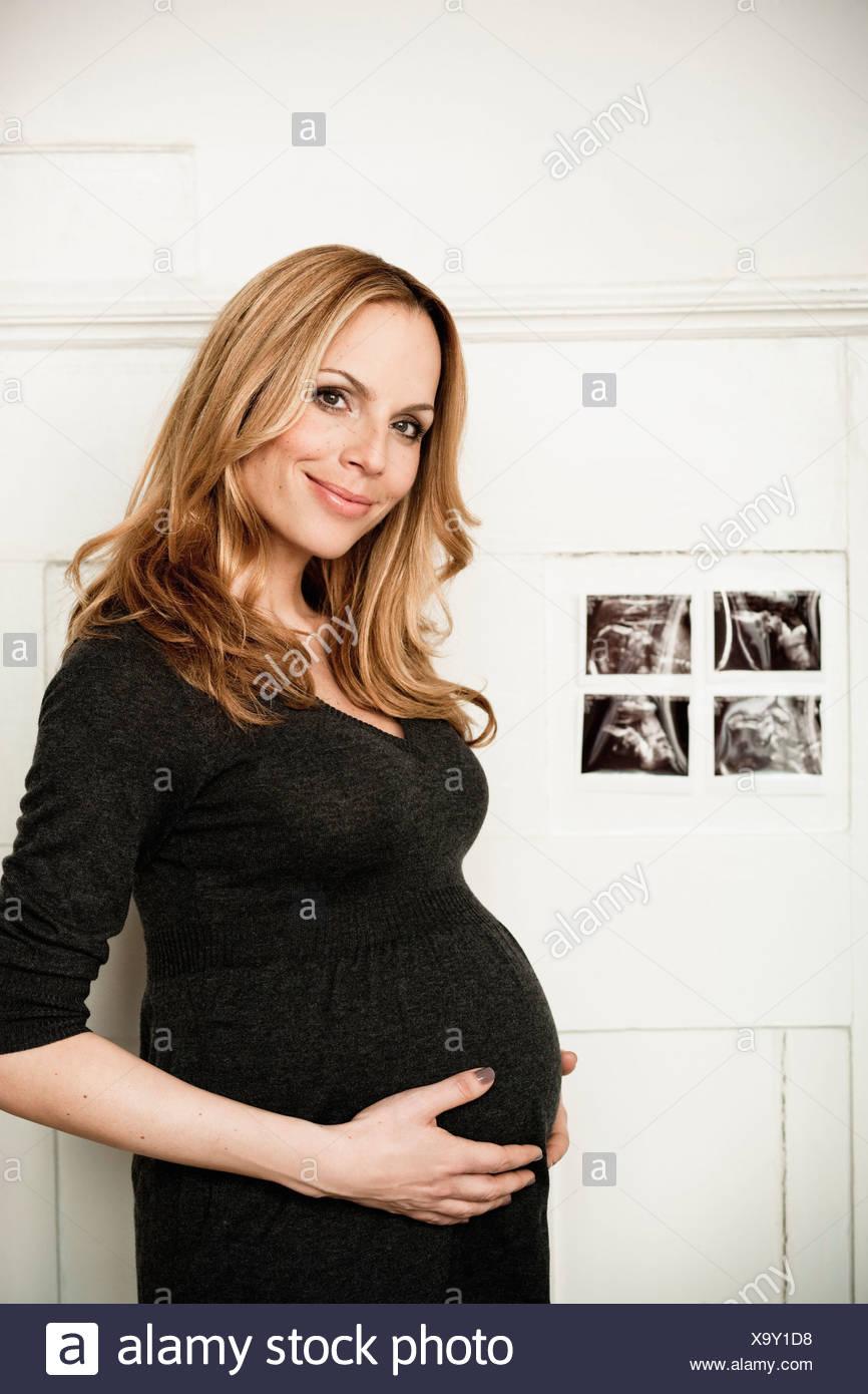 Schwangere Frau mit ultrasonogram Stockbild