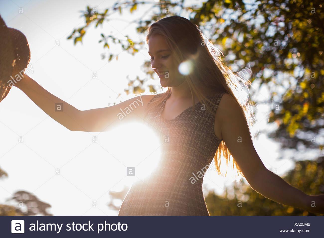 Teenager-Mädchen tanzen im park Stockbild