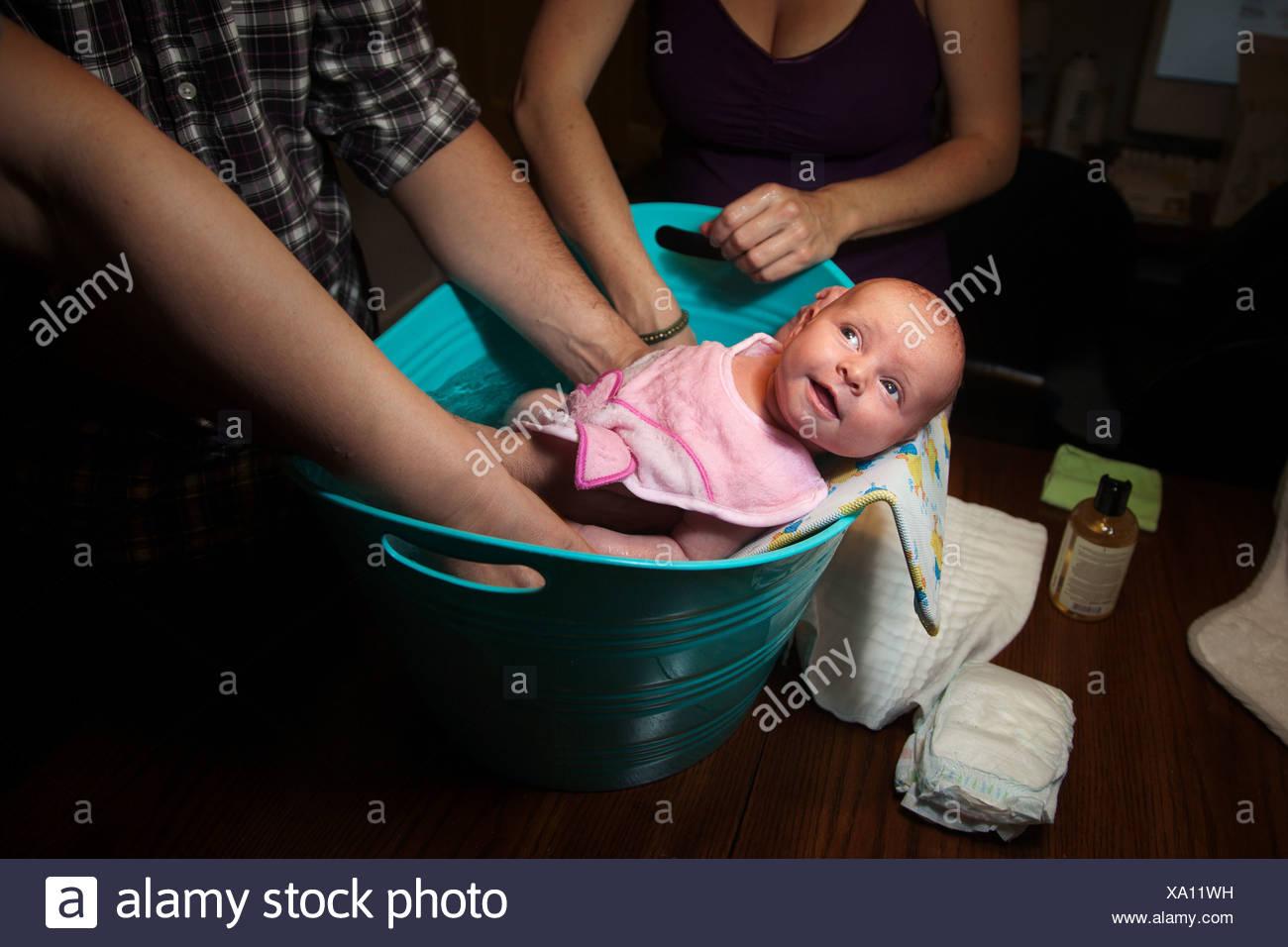 Babymädchen im Bad Stockbild