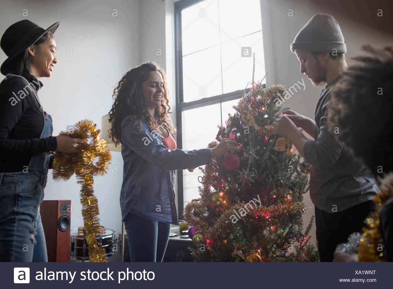 Eine Gruppe von Menschen, die einen Weihnachtsbaum Dekoration Stockbild