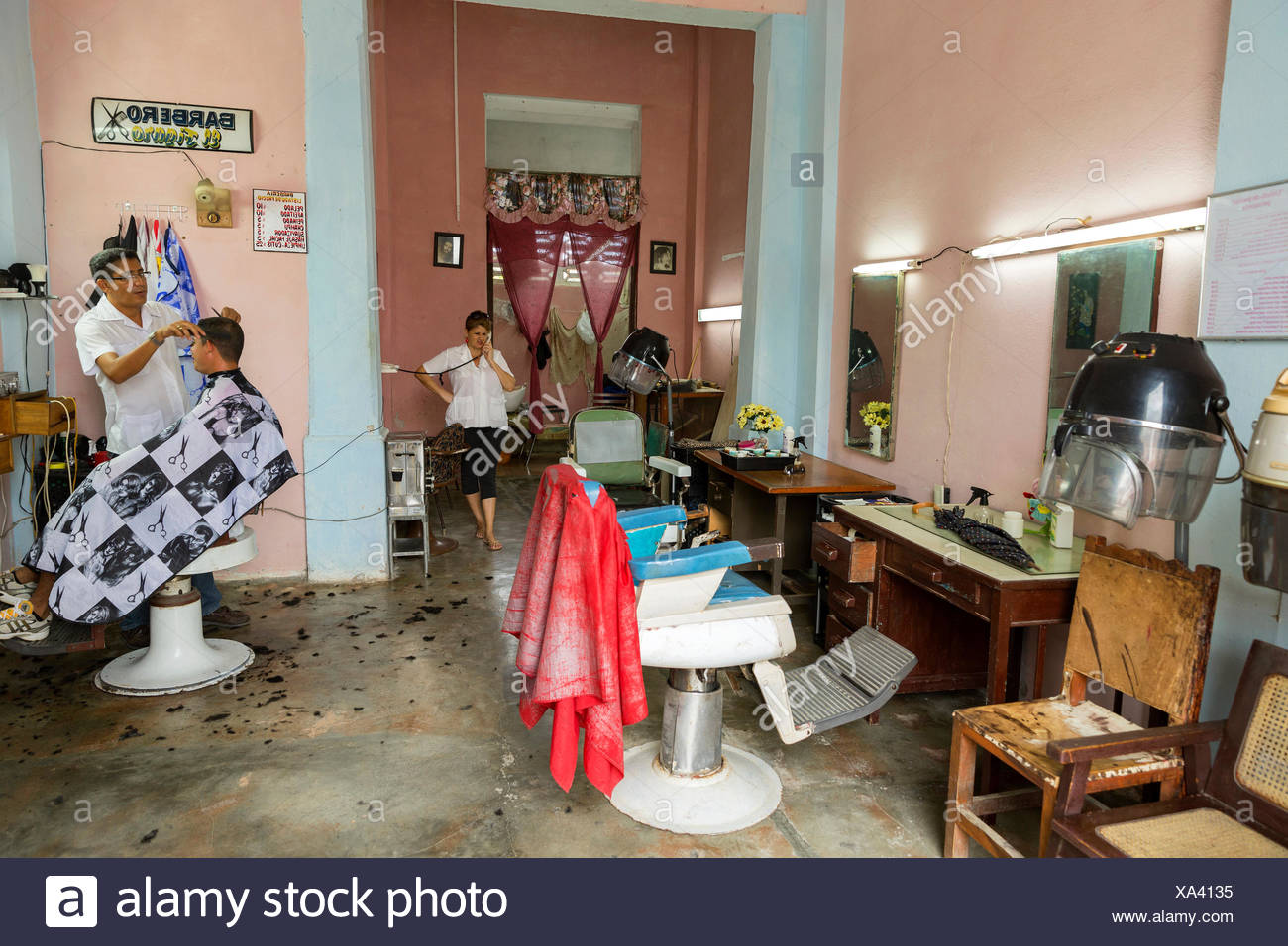 Friseurladen in Baracoa, Kuba Engl.: Kuba, Barbershop in Baracoa Stockbild