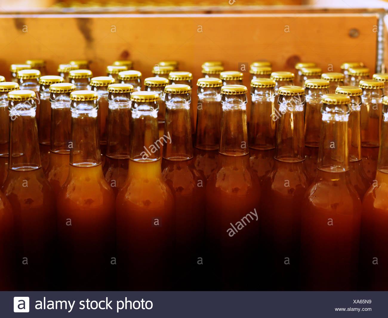 Schweden, Unlabelled Flaschen mit geschlossenen Spitzen und mit leichten braunen Flüssigkeit gefüllt Stockbild