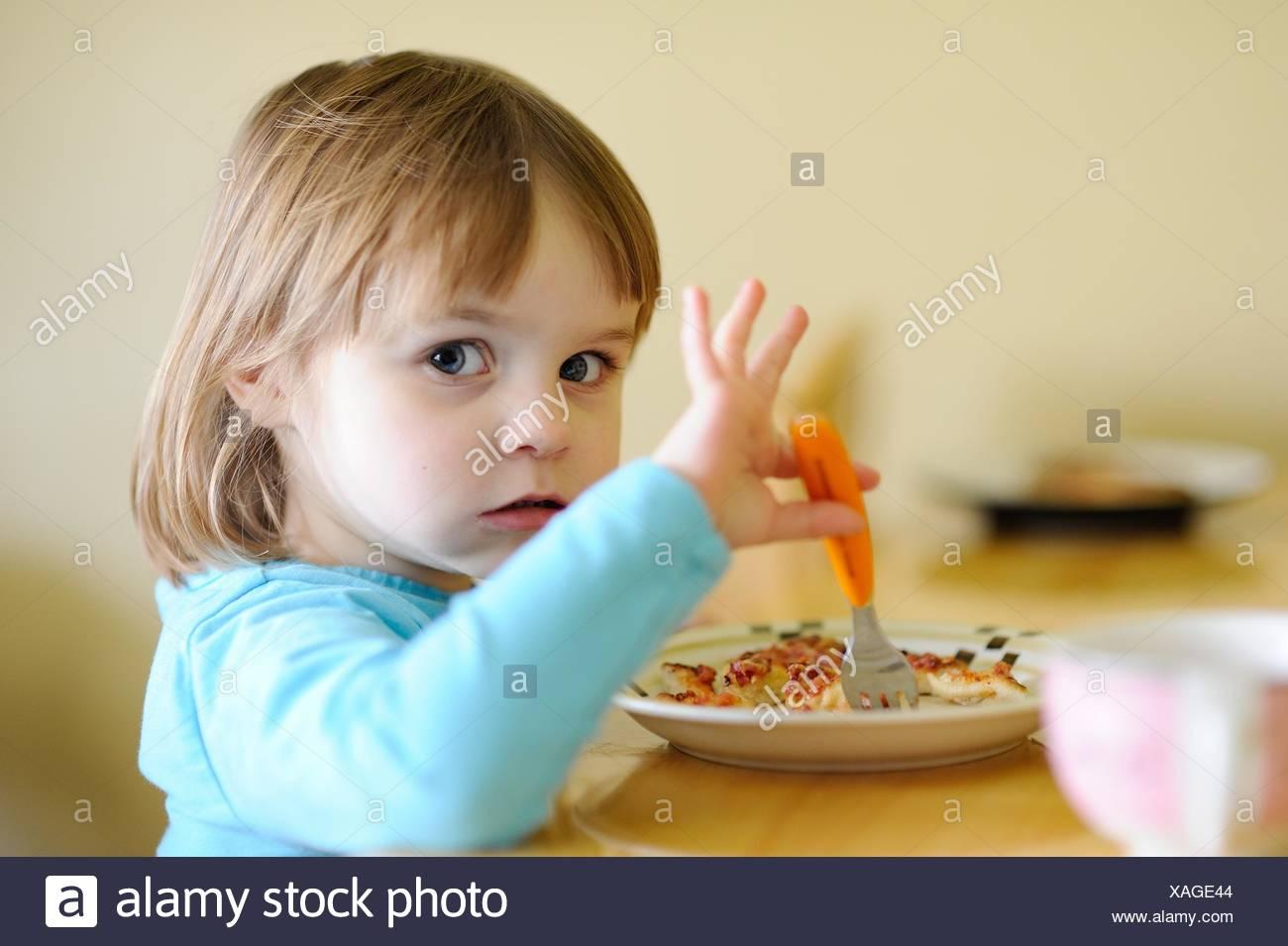 Mädchen (4-5) Essen Abendessen Stockbild