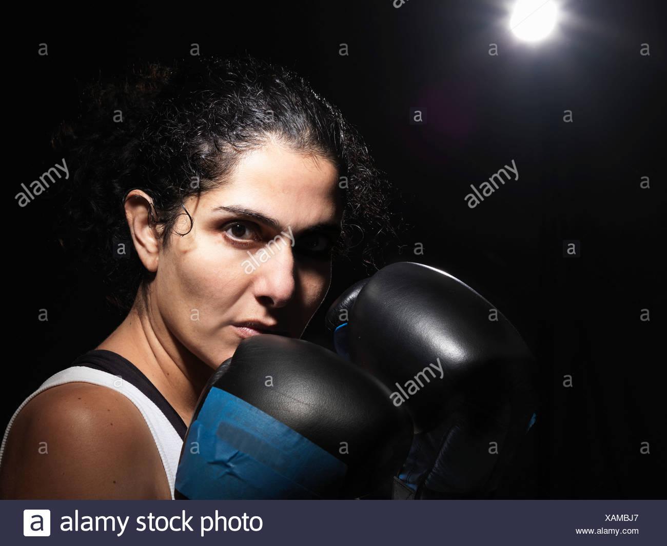 Porträt von Boxerin vor schwarzem Hintergrund Stockbild