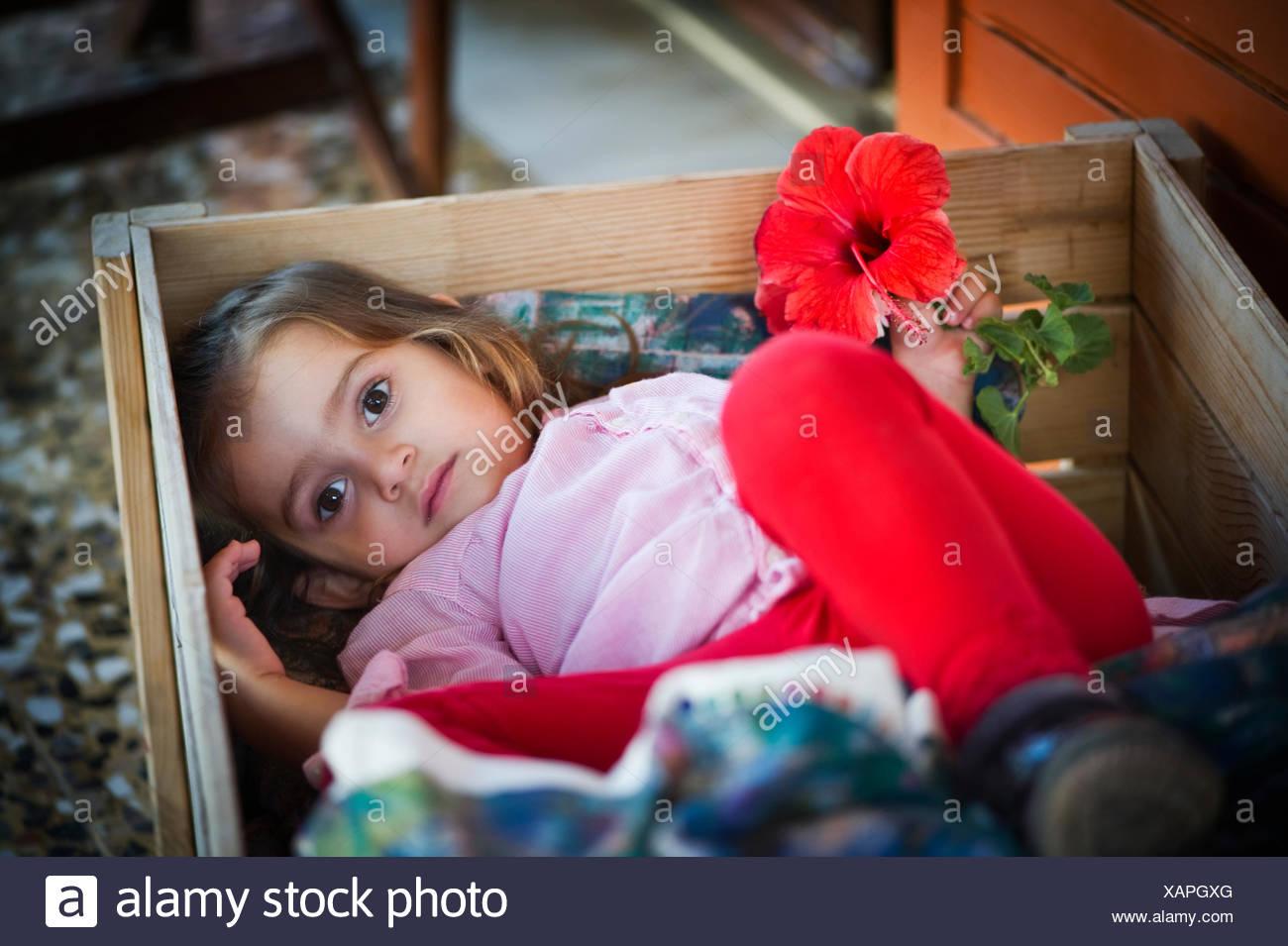 Griechenland, Ionische Inseln Peripherie, Kefalonia und Ithaka Präfektur, Mädchen (4-5) versteckt in box Stockbild