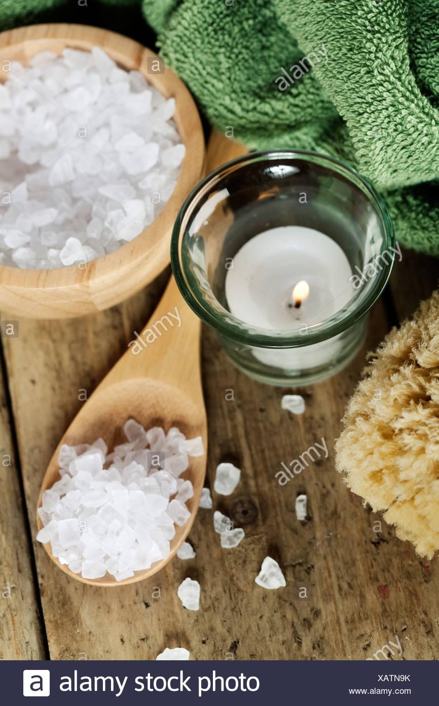 Spa-Einstellungen (Kerze, Handtuch und Meersalz) Stockbild