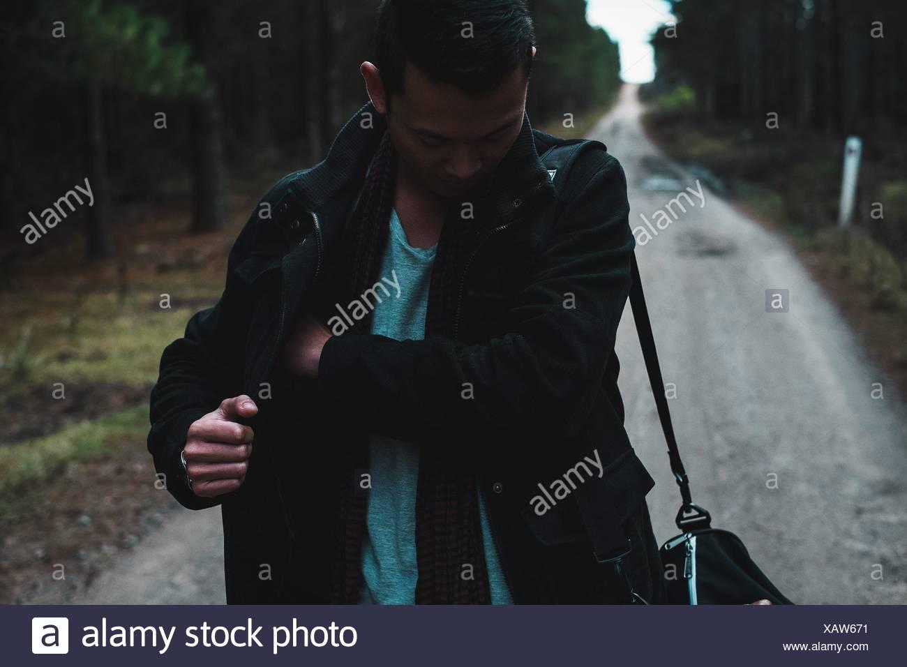 Mann auf Wanderweg im Wald Stockbild
