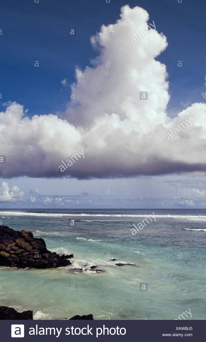 """Black Rock, oder """"Touro, legendäre Abfahrtsort der verstorbenen Seelen. Heute ein beliebter Badeplatz in Rarotonga, Cook-Inseln. Stockbild"""