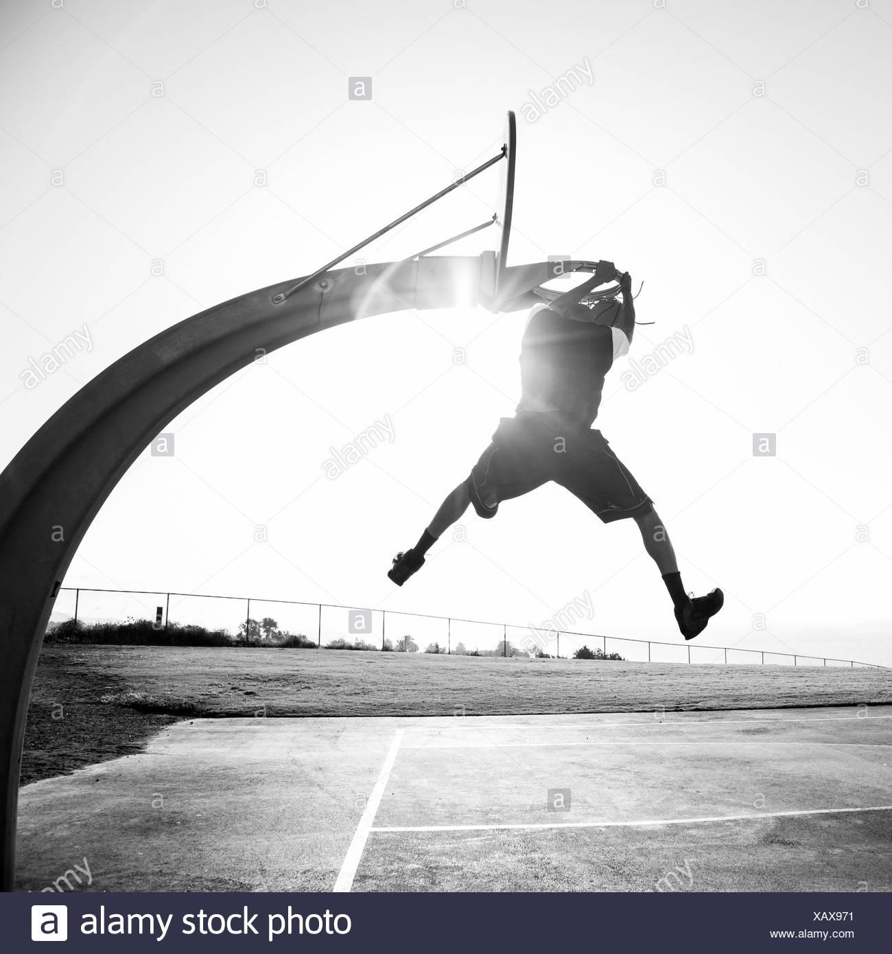 Junger Mann schießen Reifen in einem Park, Los Angeles, Kalifornien, USA Stockbild