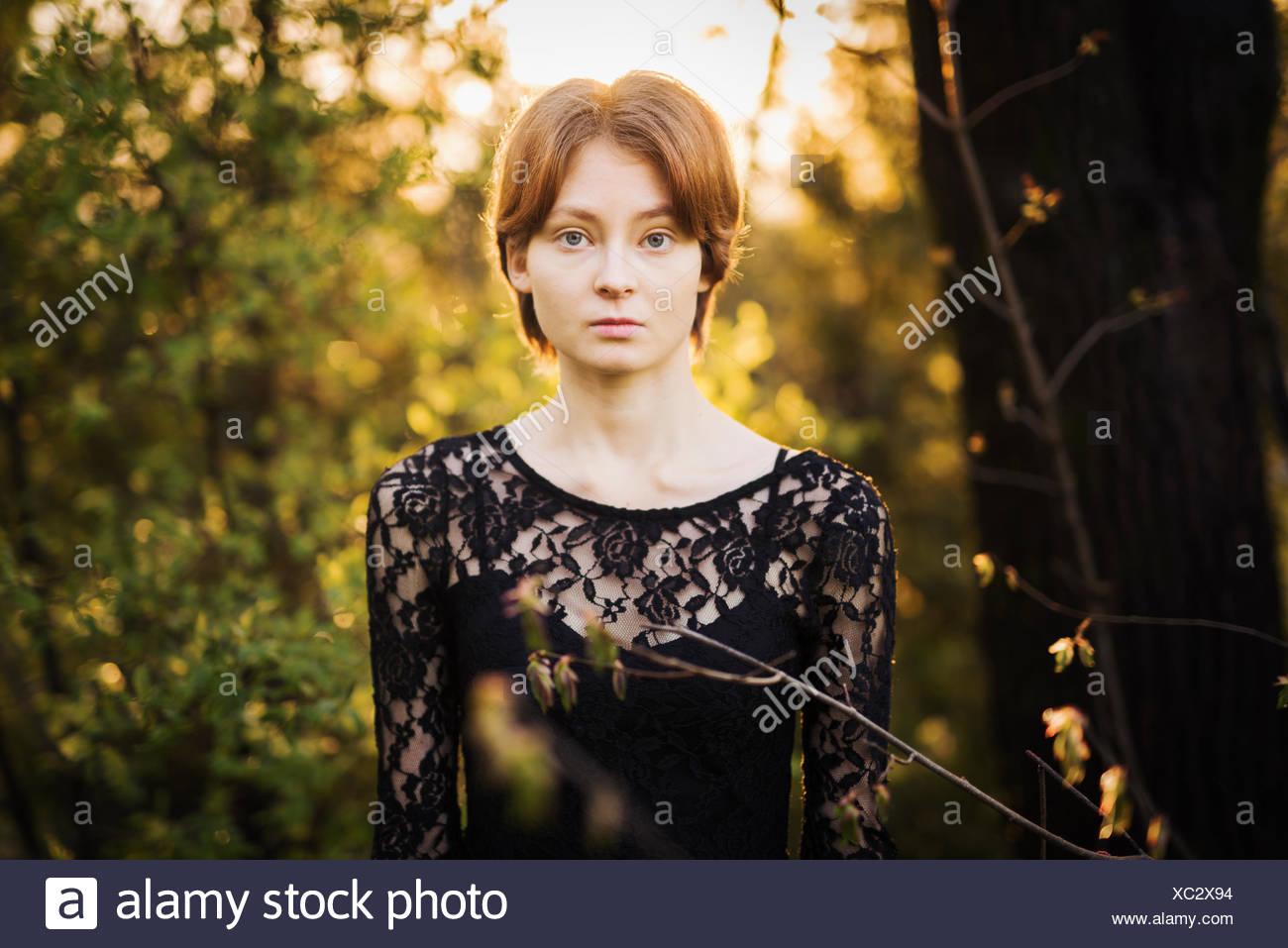 Finnland, Südwest-Finnland, Porträt der jungen Frau im Wald Stockbild