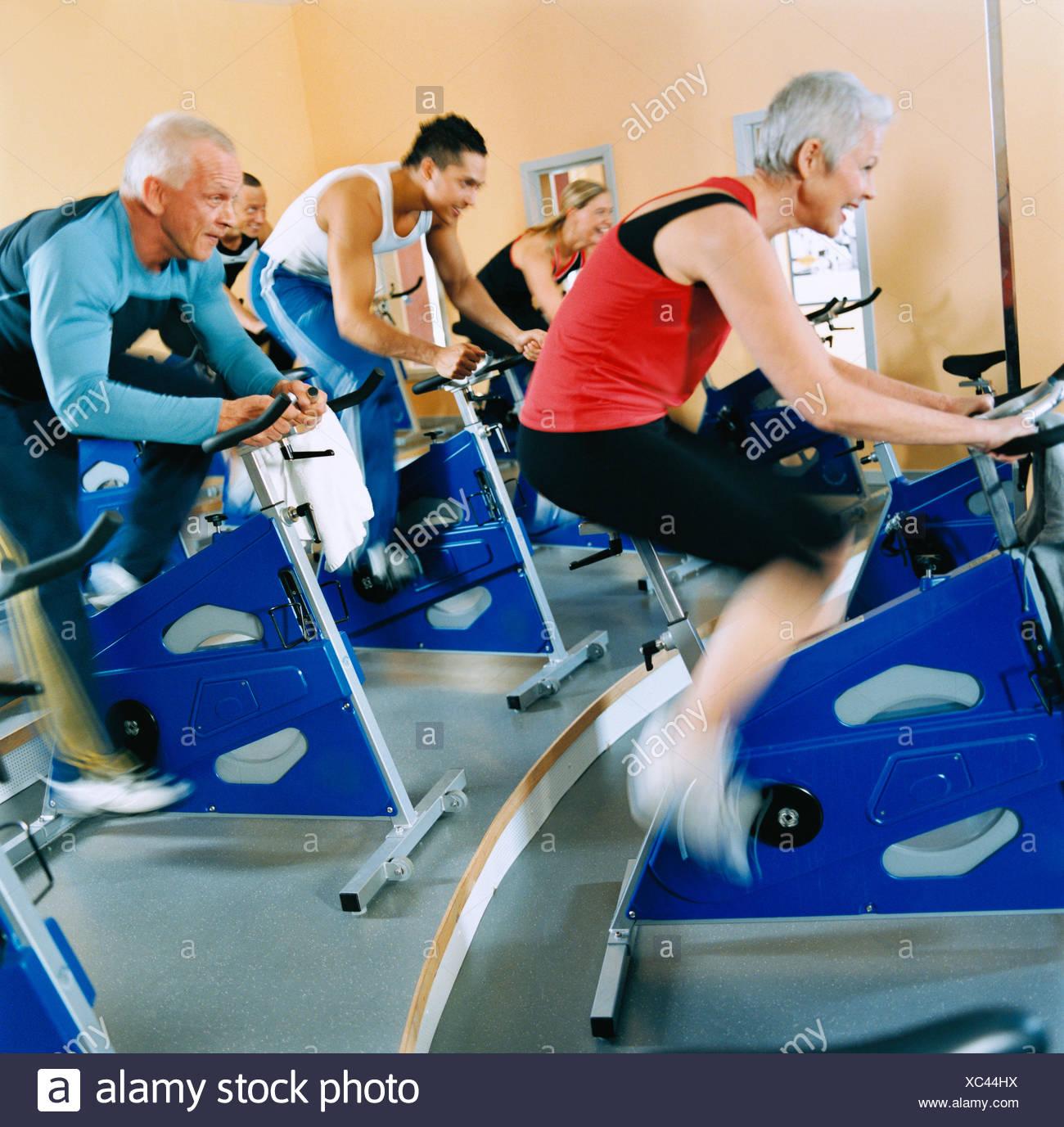 20-24 Jahre 30-34 Jahre Aktivität Erwachsene einzige Athlet Fahrrad Bodybuilding Farbe Bild Zyklus fünf Gesundheit Fitness-Studio trainieren Stockbild