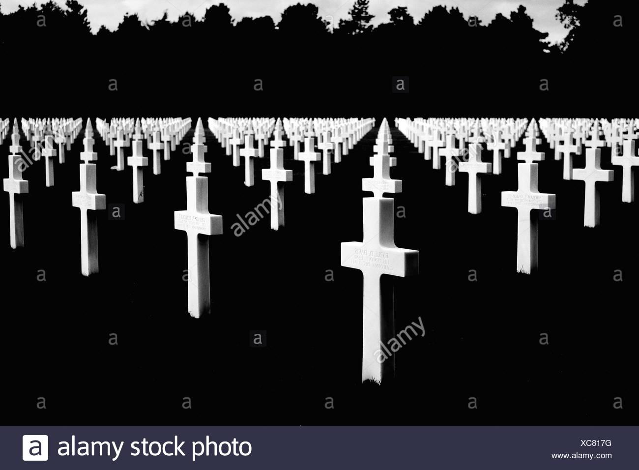Kreuz im Friedhof gegen Silhouette Bäume Stockbild