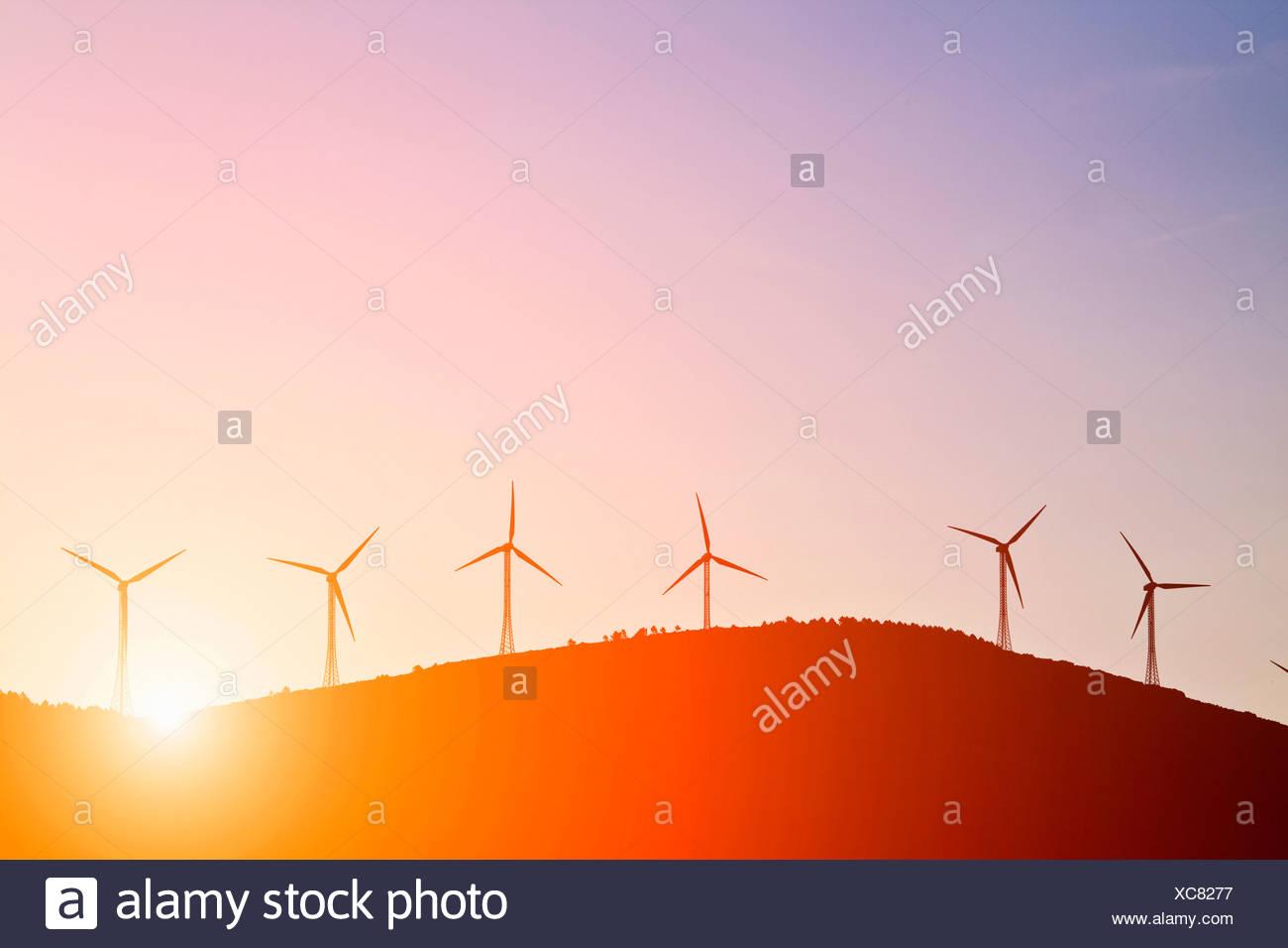 Silhouette der Windmühlen auf ländlichen Hügeln Stockbild