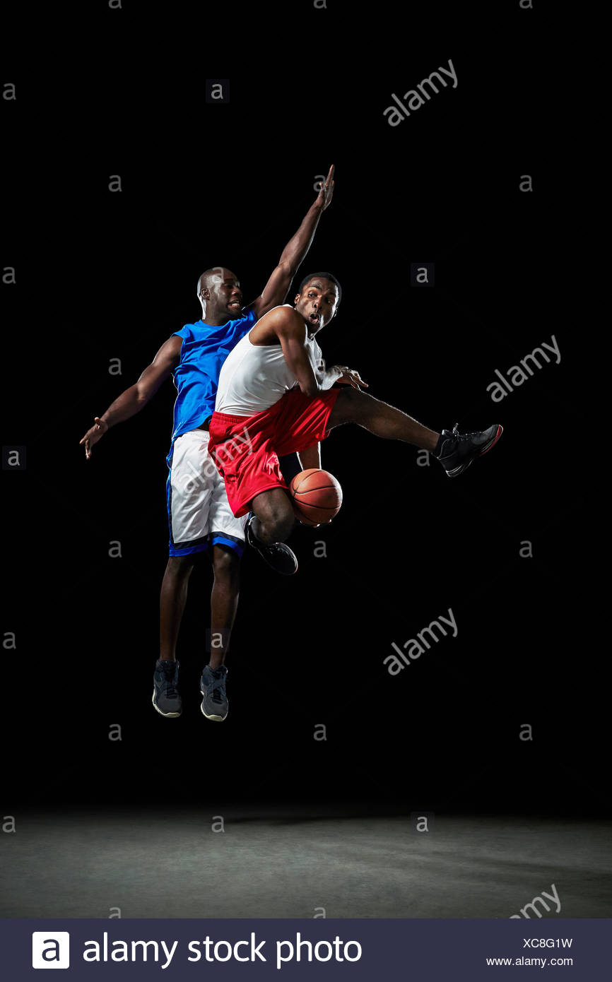 Männer Basketball-Spieler springen und schießen ball Stockbild
