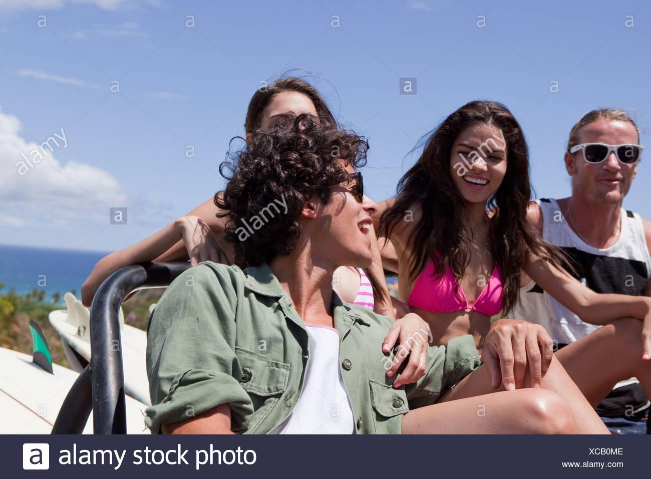 Drei junge Freunde in Geländewagen im Urlaub Stockbild