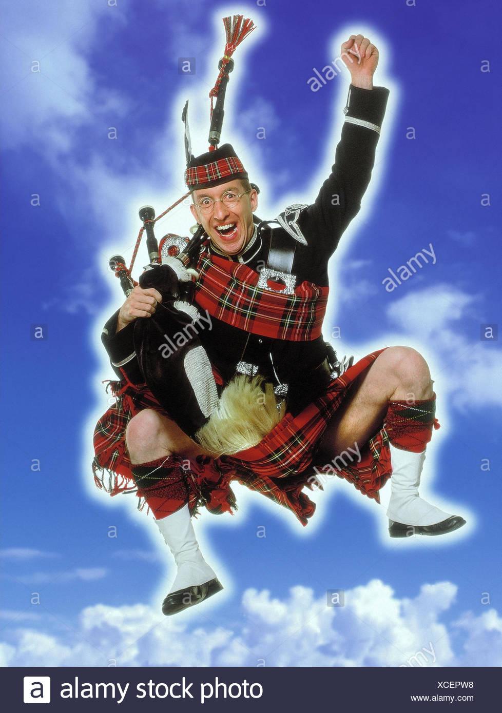 Schotten, Kilt, Dudelsack, Kapern, Geste, Begeisterung, bewölkten Himmel Studio, Mann, Tracht, Kleidung, traditionell, Brille, Jubel, Freude, Erfolg, knacken, springen Stockbild