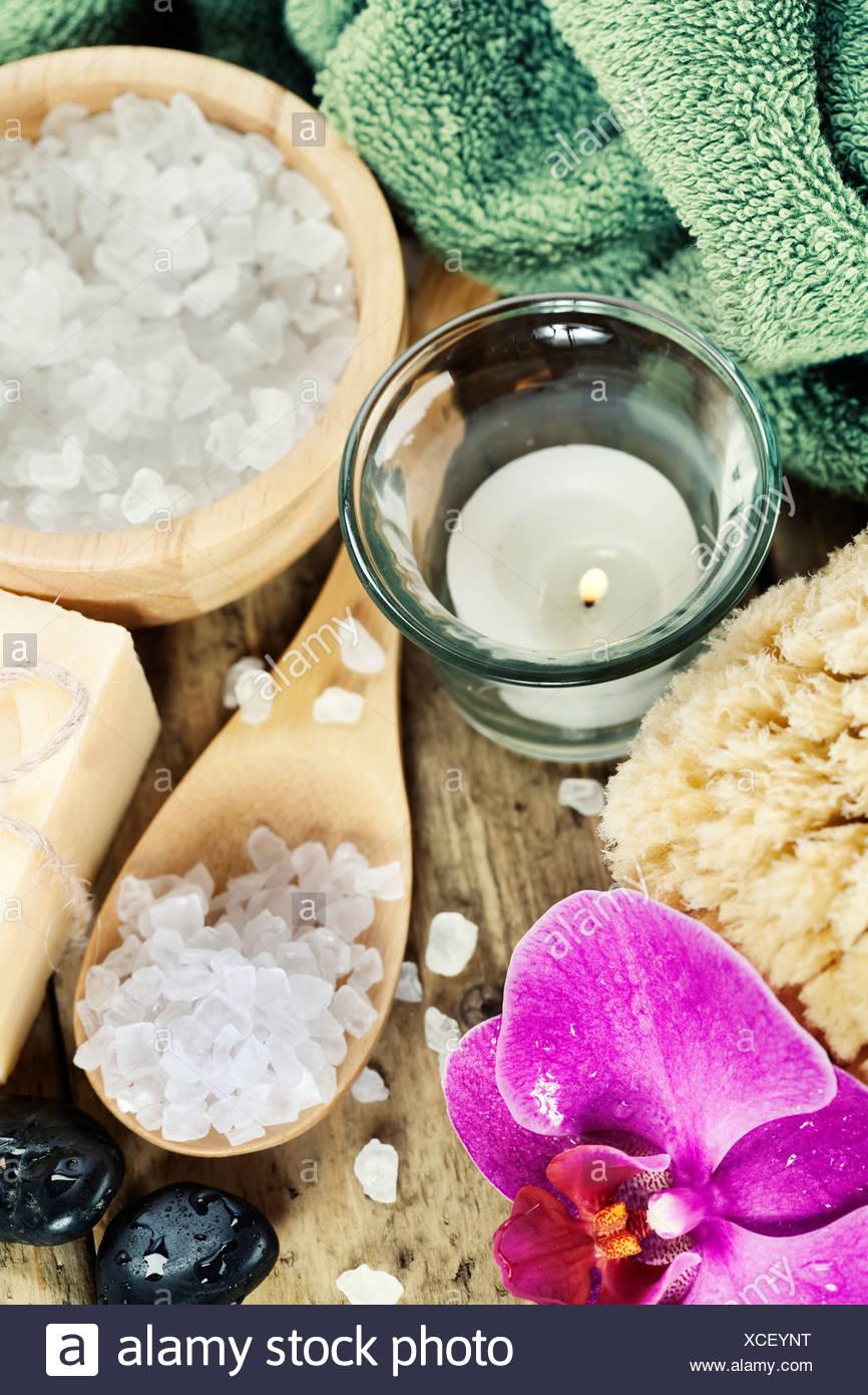 Spa-Einstellungen (Zen Steinen, Kerze, Handtuch, Meersalz, Seife und Orchidee) Stockbild