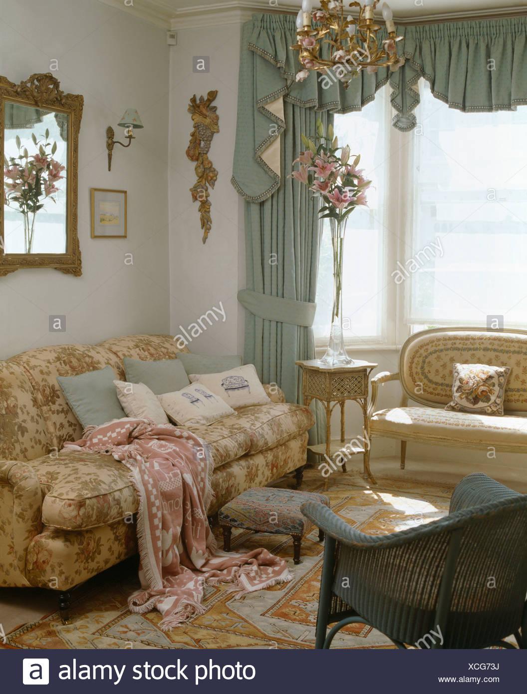 Pastell Grün Swagged Vorhang Am Fenster Im Wohnzimmer Mit Gemusterten Wurf  Auf Bequemen Sofa