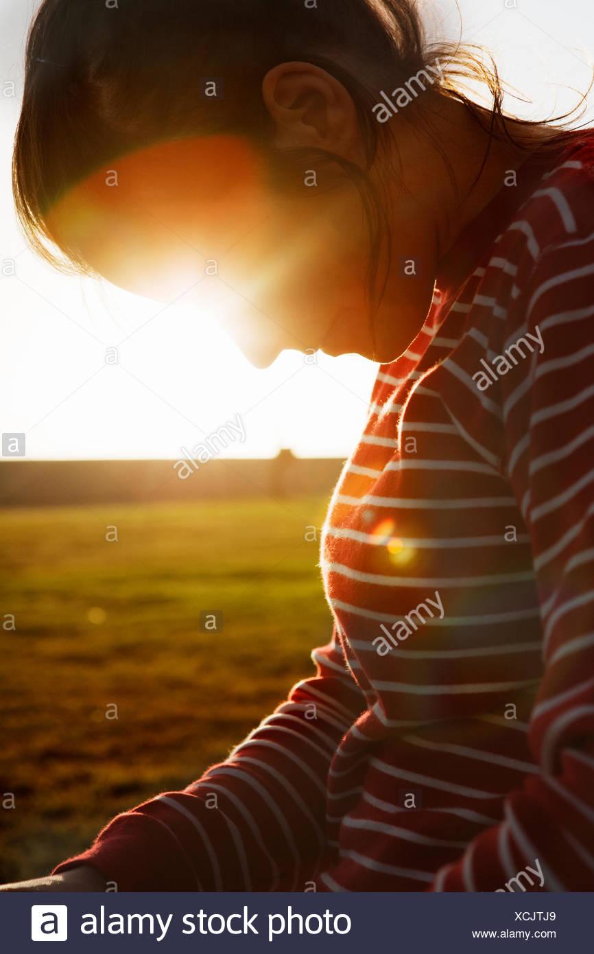 Südafrika, beleuchtet Rückseite Mitte Erwachsene Frau auf der Suche nach unten Stockbild