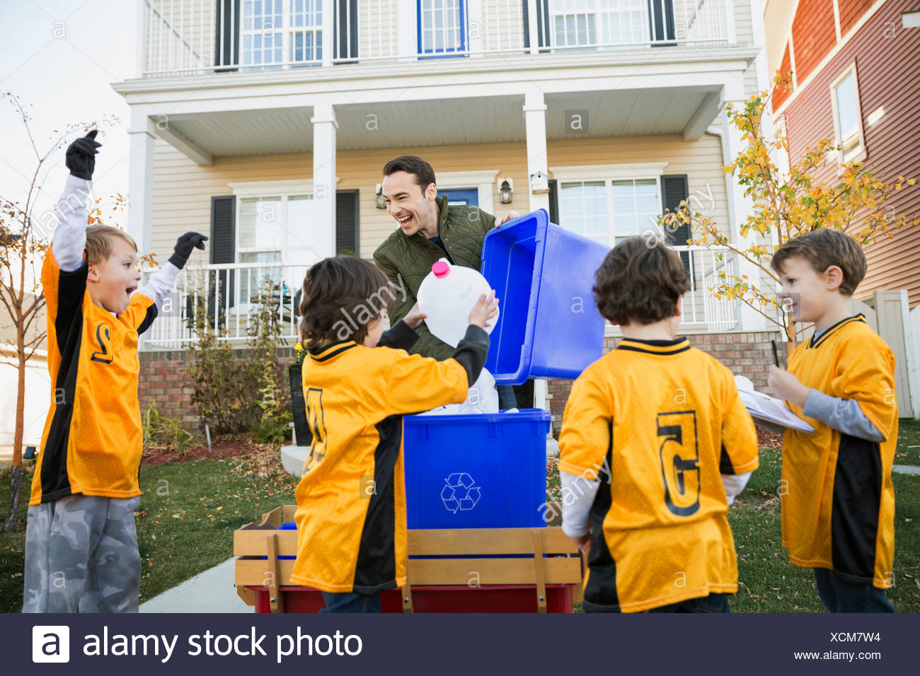 Trainer und jungen Sportmannschaft sammeln recycling Nachbarschaft Stockbild