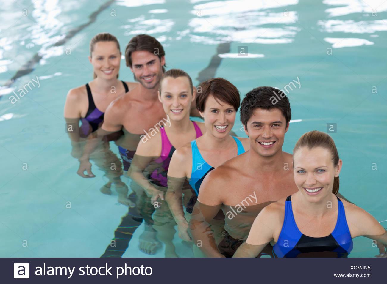 Sechs Menschen im Schwimmbad Stockbild