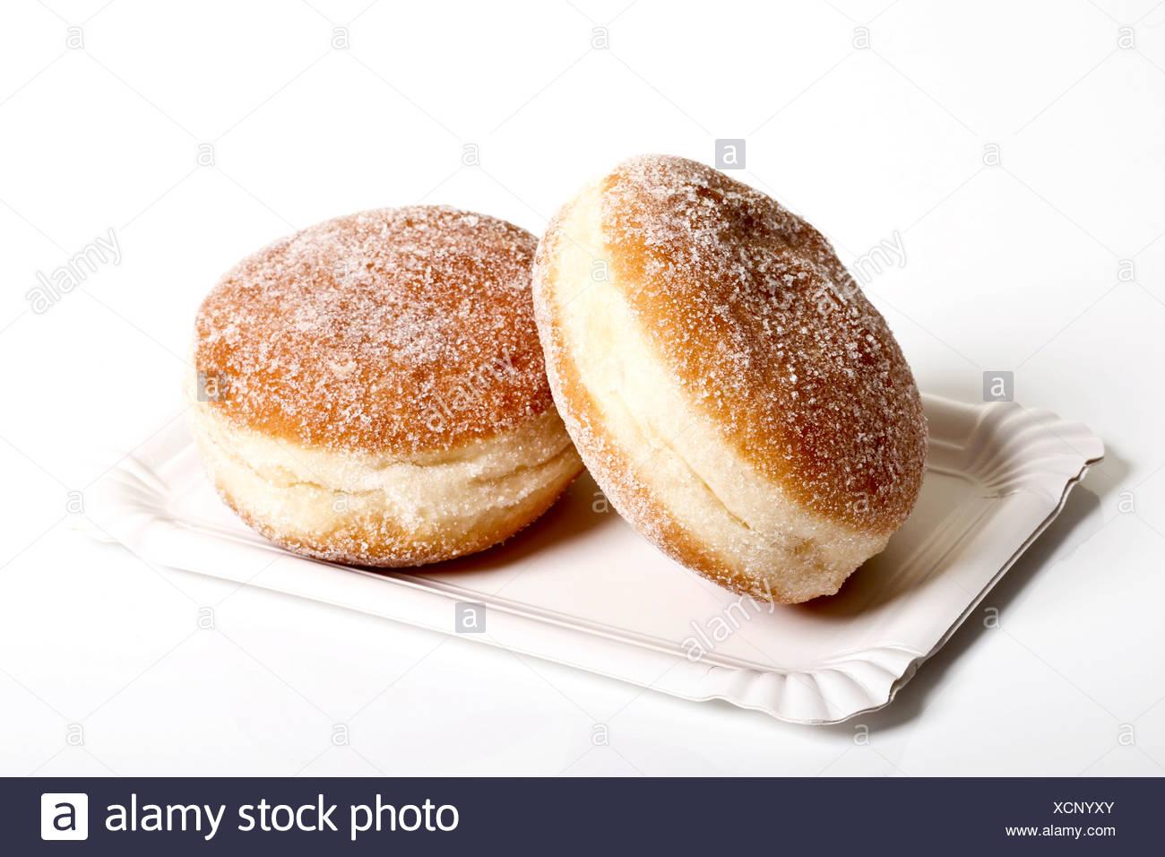 Zwei Marmelade Krapfen auf einem Pappteller Stockbild