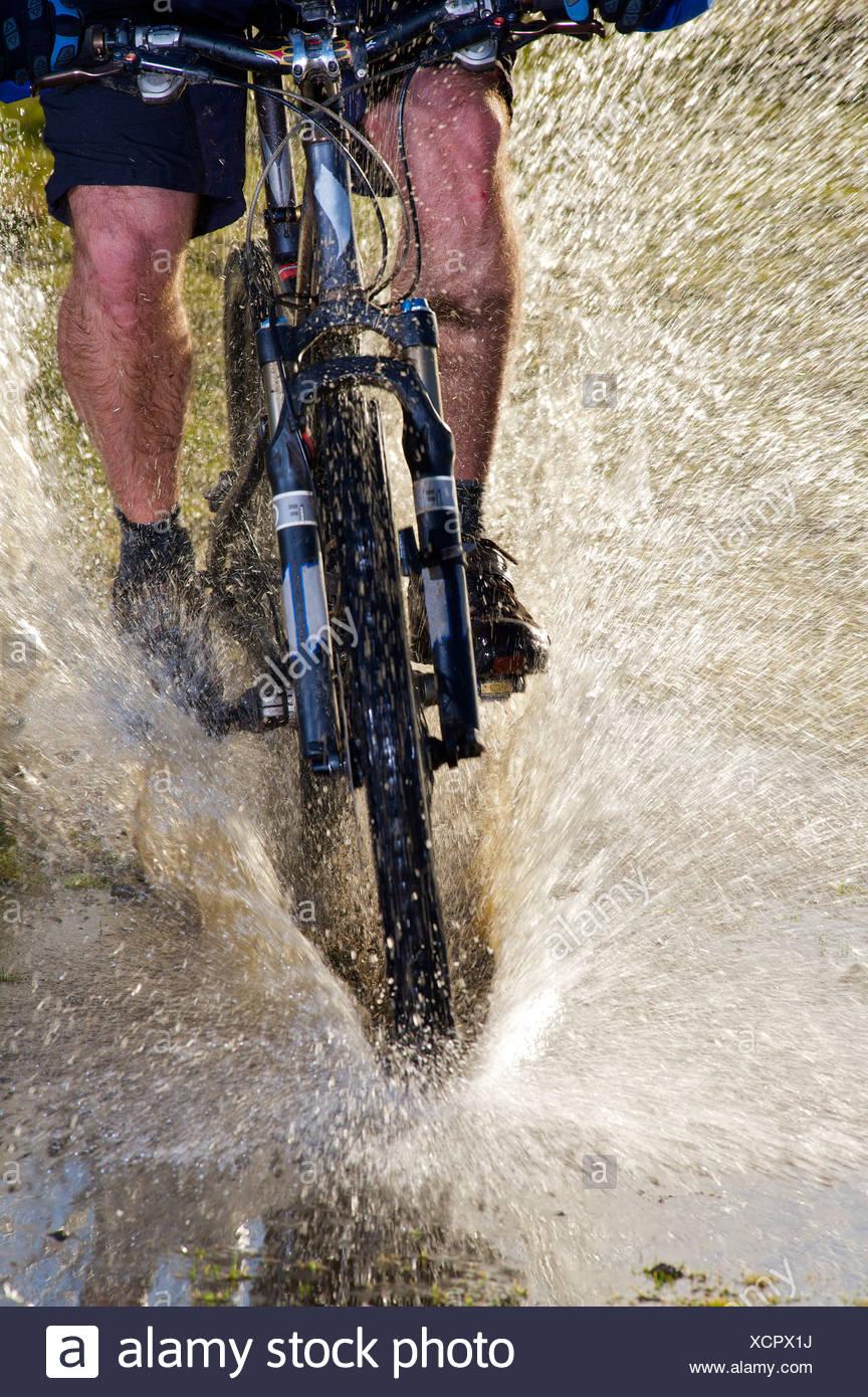 Mountainbiker fahren durch Wasser. Stockbild