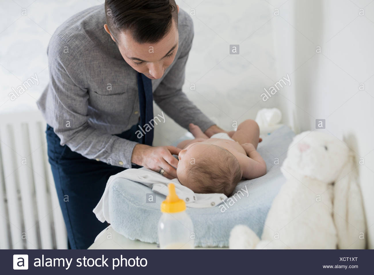 Vater wechselnden Baby Windel Kindergarten 2-5 Monate Stockbild