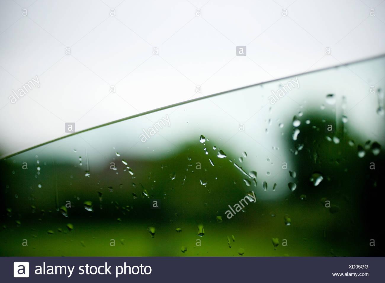 Regentropfen auf Autofenster Stockbild