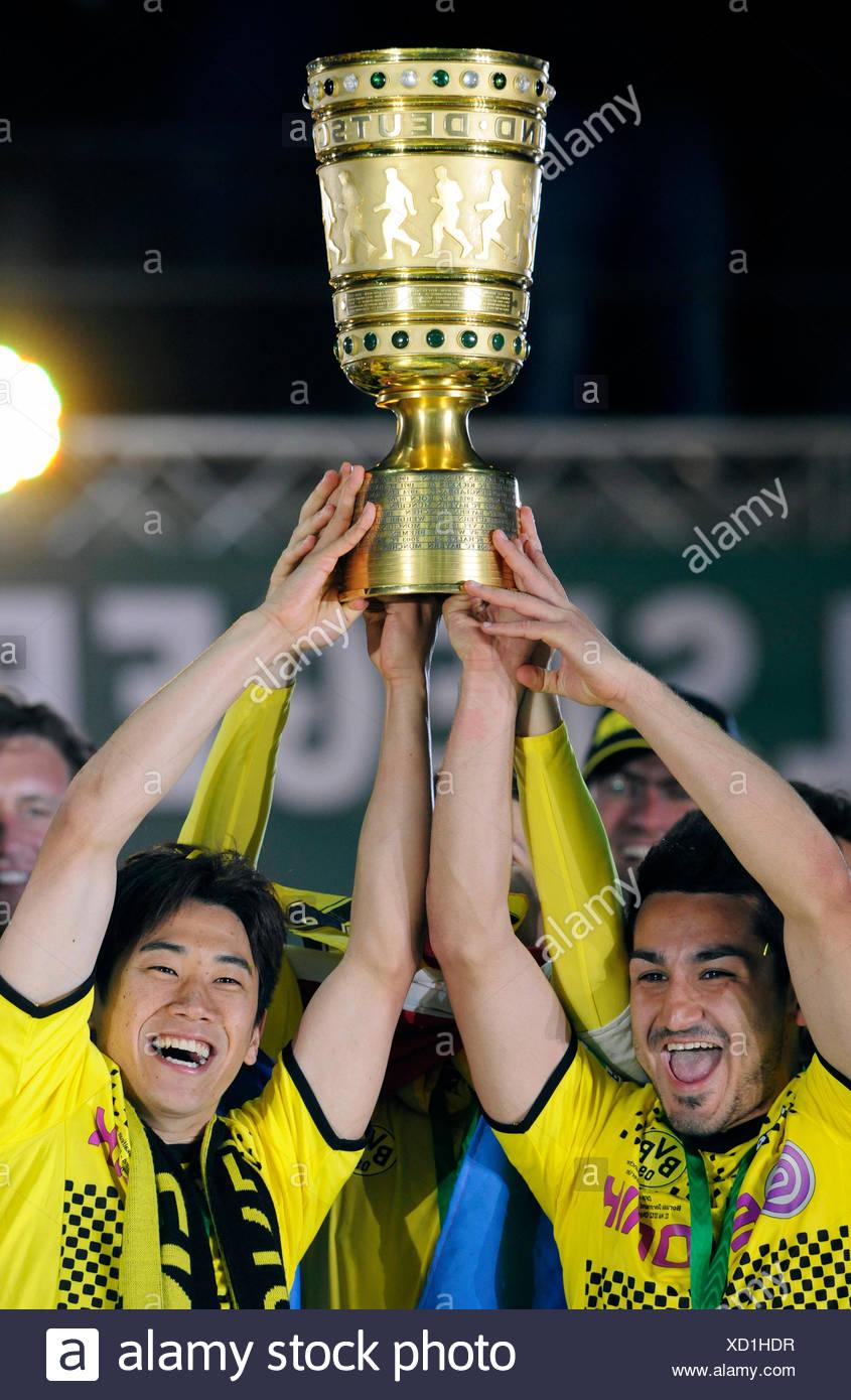 Jubelnde, Ilkay Guendogan und Shinji Kagawa hält der Cup, DFB-Pokalfinale, BVB oder Borussia Dortmund Vs FC Bayern München 5-2 Stockbild