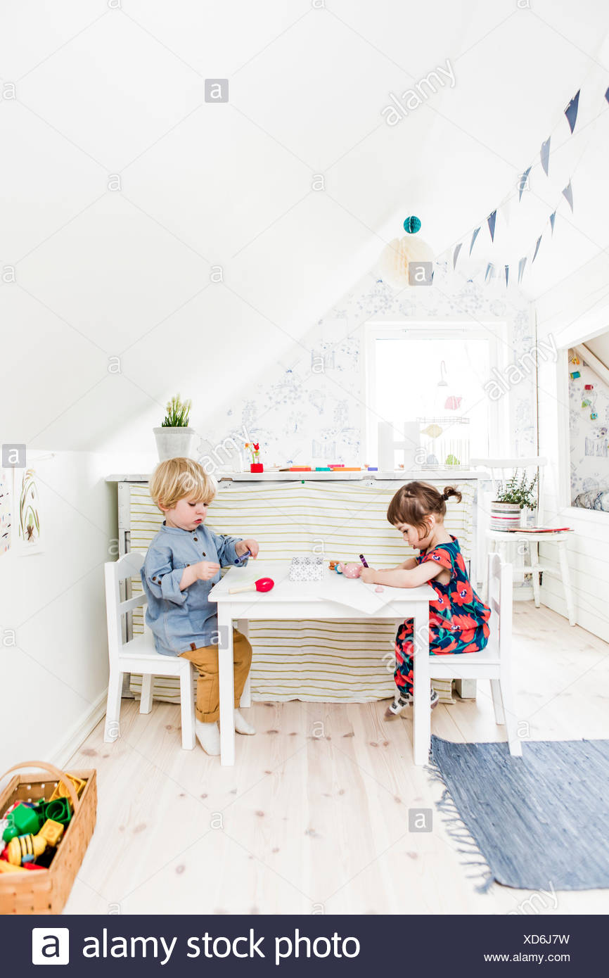 Schweden, jungen und Mädchen (2-3) spielen im Schlafzimmer Stockbild